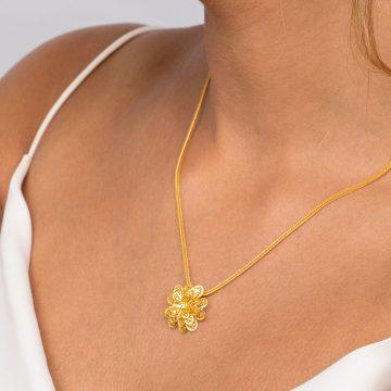 pendente carnation in gold filigrana ouro joias sui jewellery pendant modern cravo modern filigree ines barbosa